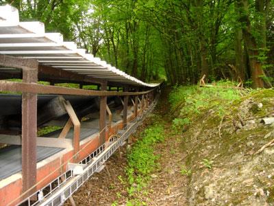 Das Förderband oberhalb der Landstrasse (Foto: Kölle, Juni 2005)