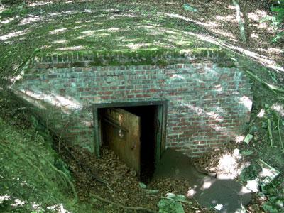 Der Eingang zu einem Bunker. (Foto: Kölle, August 2005)