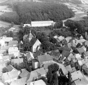 Luftbild mit der alten Schule und Kirche