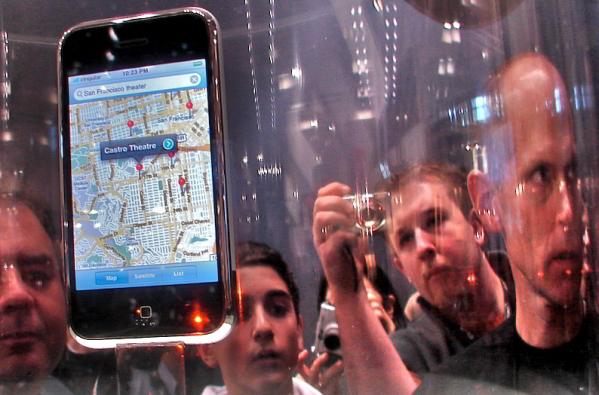 एप्पल के आईफ़ोन से हमें भविष्य के टेलीप्यूटरों की झलक मिलती है