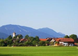 1Prutdorf-mit-Kirche-und-Bergen-4