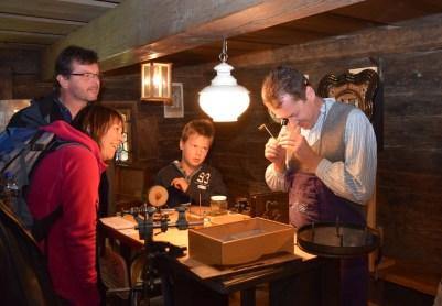 Selbstverständlich dürfen auch die klassischen Handarbeiten wie das Verspinnen von Schafwolle zu Garn nicht fehlen. © Bezirk Oberbayern, Archiv BHM, Aufnahme: Heiner Heine.