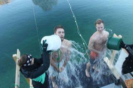 Am Steg vor dem Hotel Post in Pertisau wird man auf die kalten Wassertemperaturen des Achensees eingestimmt. ©Achensee Tourismus
