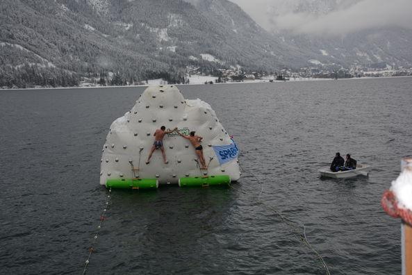 Die Teilnehmer müssen eine Schwimmstrecke von 50 m überwinden und den Eisberg im See erklimmen. ©Achensee Tourismus