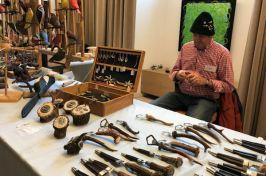 Hornschnitzereien, Messer und Flaschenöfner mit Geweihgriff gab es beim Vogelschnitzer.