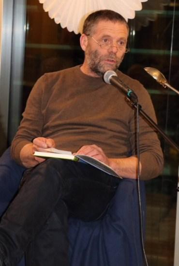 """Günther Mayer liest aus dem Buch von """"Hörbe mit dem großen Hut""""."""