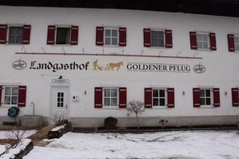 """Der """"Goldene Pflug"""" in Umrathshausen unmittelbar neben der Wallfahrtskirche """"Heilig Blut"""""""