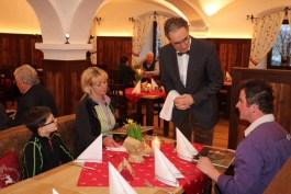 """""""Haben die Herrschaften schon gewählt""""? Bürgermeister Peter Solnar bei der Aufnahme der Getränke."""