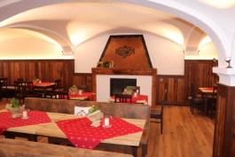 Blick in den neu gestalteten großen Gastraum; ein neuer Boden, Tische, Bänke und Stühle aus altem Holz lassen den großen Gastraum im neuen Glanz erstrahlen.