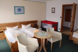 Zum Haus gehört auch eine Hotelbetrieb mit 60 Betten; die 18 komfortabel eingerichteten Gästezimmer sind mit Kabel-TV, Telefon und WLan ausgestattet. Sie stehen den Gästen für die schönsten Wochen des Jahres und darüber hinaus das ganze Jahr zur Verfügung.