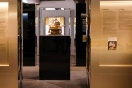 """Bei der Sonderausstellung """"Bayerns Gold"""" lernen Besucherinnen und Besuche in fünf Abteilungen verschiedene Aspekte des Goldes in der Geschichte Bayerns kennen. Die Ausstellung erzählt unter anderem vom Goldabbau in Bayern, von der Bedeutung des Goldes in der sakralen und profanen Goldschmiedekunst und vom Goldschlägerhandwerk."""