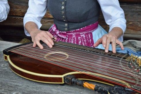 Zitherspielerin (Foto: Bezirk Oberbayern, Archiv Glentleiten)
