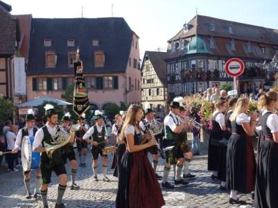 Trachtler und Musik marschieren am Sonntagmittag auf dem Rathausplatz von Barr auf.