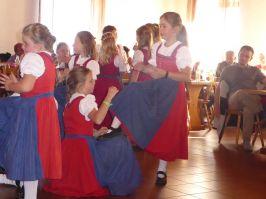 Die typischen Handbewegungen eines Schusters zeigten die Englmarer Kinder bei der Schuster-Polka.