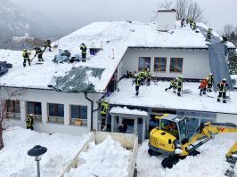 Klinik Sonnenbichl Aschau Dach von Altschnee befreien_Foto H. Reiter (1)