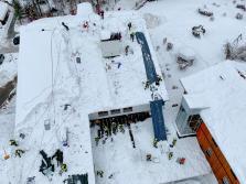 Klinik Sonnenbichl Aschau Dach von Altschnee befreien_Foto H. Reiter (5)