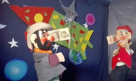 """Warum heißt das neue Kasperltheaterstück, das das Team vom Chiemsee-Kasperl präsentiert """"Kasperl & die rote Nase""""? Die Antwort könnte im Foto versteckt sein."""