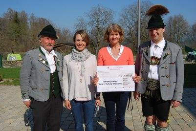 Pankraz Hanslmeier und Sepp Furtner die bei einem Vorbesuch den Irmengard-Hof besichtigten übergeben den Scheck an Schirmherrin Magdalena Neuner und die Irmengard-Hof-Leiterin Marjon Bos.