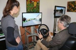 Bürgermeister Peter Solnar am Steuer des Fahrsimulators der Verkehrswacht Rosenheim