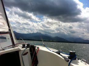 auf ihrem Segelboot am Chiemsee