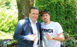 Michael Mack (Geschäftsführender Gesellschafter Europa-Park) und Ex-Bayern-Profi Franck Ribéry im Schlossgarten Balthasar im Deutschen Themenbereich des Europa-Park