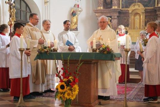 """Pfarrer Paul Janßen, Diakon i.R. Hans Weber und Pfarrer i.R. Johann Weindl, beim Festgottesdienst in der gut besuchten Pfarrkirche """"Darstellung des Herrn"""" in Aschau."""