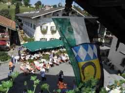 kl-1Blick auf Dorfplatz mit Samerberger Fahne