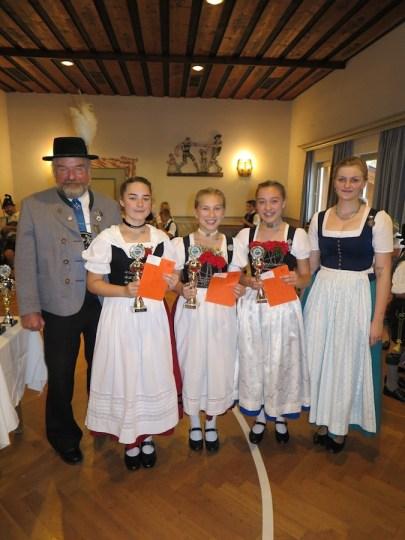 GJDD AK3 von links nach rechts 1. Gauvorstand Georg Schinnagl, Annemarie Lechner (Emmering, 2., 146,2 Punkte), Magdalena Gruber (Hebertsfelden, 1., 146,9 Punkte), Julia Thalbauer (Wittbreut, 3., 146,1 Punkte), 1. Gaujugendleiterin Barbara Sigl