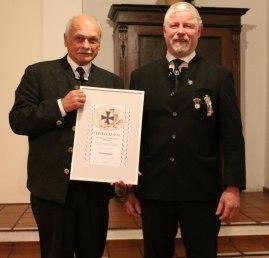 Der Vorsitzende des Veteranen- und Kriegervereins Wildenwart Florian Bauer (rechts) überreichte dem ehemaligen Vorsitzenden Heinrich Rehberg (links) die Urkunde für die Ehrenmitgliedschaft des Wildenwarter Traditionsvereins