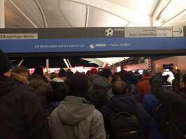 im U-Bahnhof vor dem Spiel