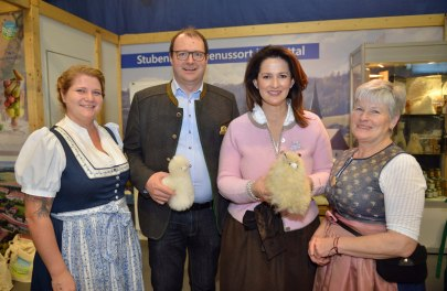 Elisabeth Schreiner vom Erlebnishof Weber Fünf, den Landrat Michael Fahmüller, Ministerin Michaela Kaniber und Cäcilia Moser vom Erlebnishof Weber Fünf.
