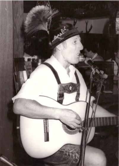 Werner Fütterer mit Mundharmonika und Gitarre