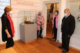 Die Vorsitzende des Müllner Peter Museumsvereins Cäcilie von Feilitzsch-Rauch (links) zeigt die neu konzipierten Räume der Müllner Peter Ausstellung im Alten Schulhaus in Sachrang