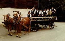 Die Gründergruppe in den Anfangsjahren mit Pferdegespann, Fuhrmann Simon Maier