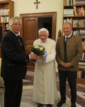 Besuch beim emeritierten Papst Benedikt XVI. im Jahre 2013 mit 1. Bürgermeister Josef Mayer und Johann Nußbaum, Autor der Rimstinger Papstbücher.