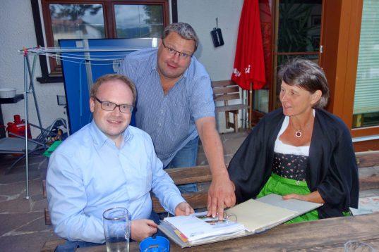 Beim Treffen in Prien von links. Priens Bürgermeister Andreas Friedrich, Weilrods Bürgermeister Götz Esser und Roswitha Estermann, Vorsitzende vom Tourismusverein Samerberg.