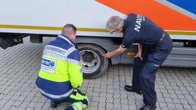Kontrolle auf Beschädigungen: Mehrere Zentimeter steckte das Logistikfahrzeug bei der Fahrt durch das Katastrophengebiet im Schlamm.