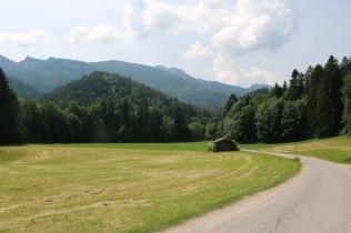Am südlichen Ende dieses Tales bei Hintergschwendt bekommen die Bergwanderer einen neuen Wanderparkplatz.