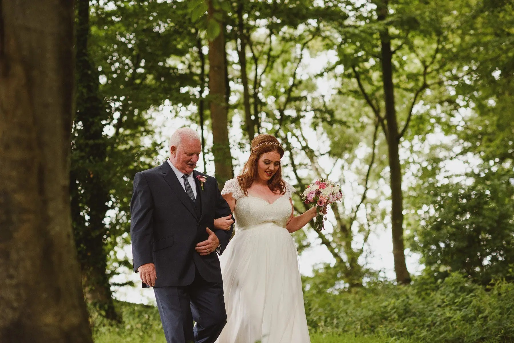 bride and her father arriving for the ceremony at huntstile