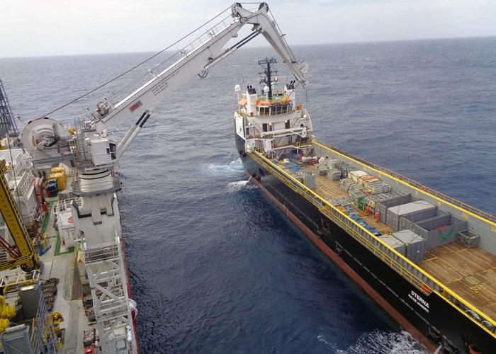 Dynaamista paikannusta käytetään vedenalaisissa rakennustöissä, joissa ei voi käyttää ankkuria, erityisesti öljy- ja kaasuteollisuuden rakennustyömailla. DP-moodissa öljykentällä: Projektilastin purku supply-aluksesta putkenlaskijaan. Kuva Janne Lahtinen