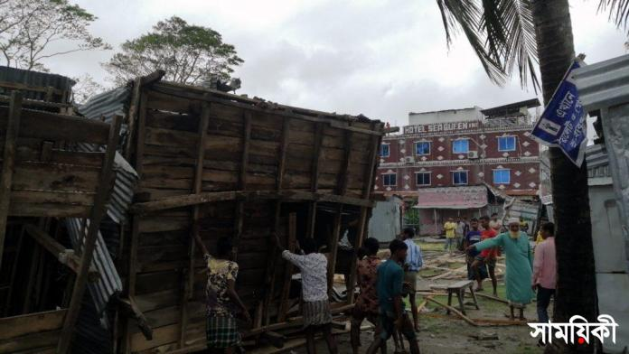 Kuakata Photo Eviction drive on Thursday afternoon operated by administraion against illegal construction on government land ignoring legality and weather risk 2 কুয়াকাটায় উচ্ছেদ অভিযানে ক্ষতিগ্রস্ত ক্ষুদ্র ব্যবসায়ীদের মানববন্ধন