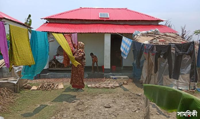 bagherhat 'এ্যাহোন এট্টু মাথা গুজার ঠাঁই হইছে' <br>রামপালে হতদরিদ্র ও ভূমিহীনদের আধাপাকা ঘর বরাদ্দ