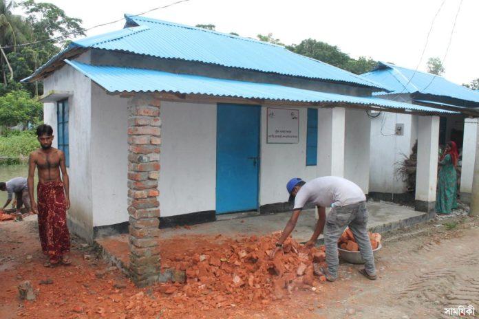 Rajapur file photo Residents of allotted houses constructed at Ashrayan Project in Rajapur upazila of Jhalakathi district living under panic as cracks developed 1 1 ঝালকাঠির রাজাপুরে প্রধানমন্ত্রীর আশ্রয়ন প্রকল্পে ঘর পাওয়া মানুষের দিন কাটছে মাথার উপর ঘর ভেঙে পড়ার আতঙ্কে