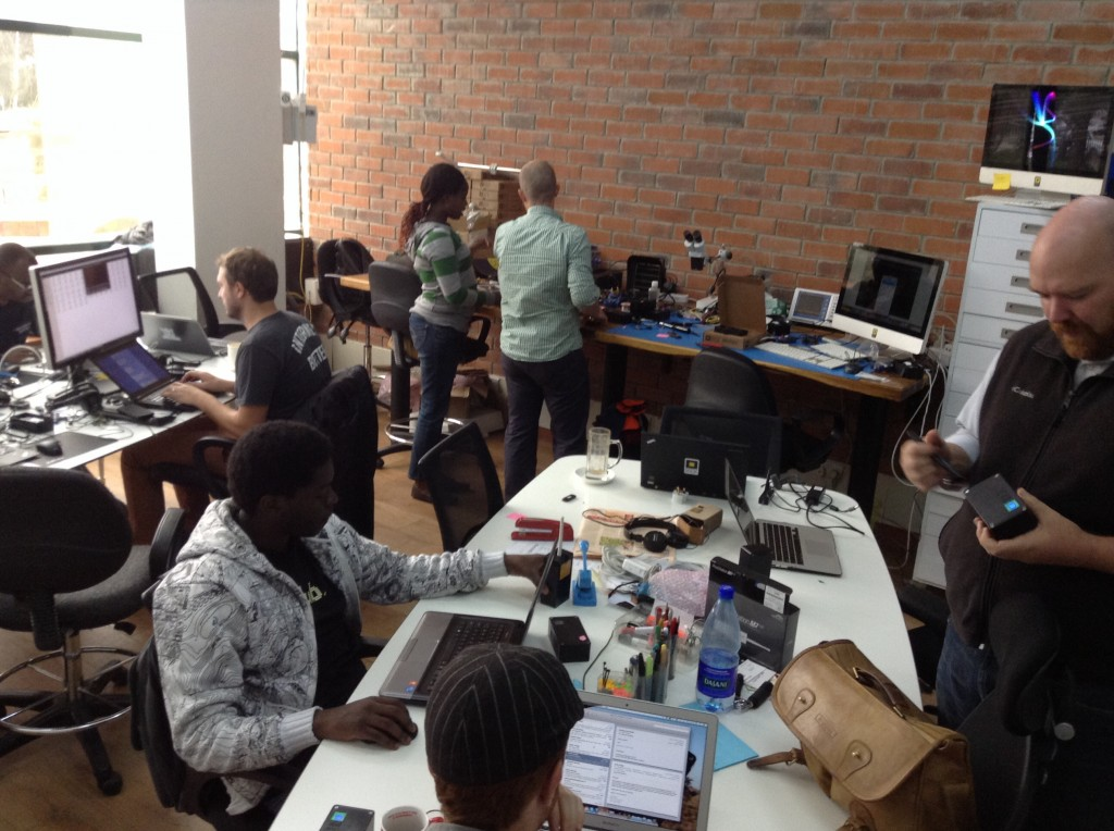 Une partie de l'équipe de BRCK dans les locaux de la start-up à Nairobi au sein de l'immeuble qui abrite le iHub. (Photo: Philippe Couve)