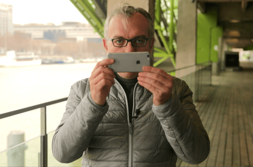 """Philippe Couve assure les sessions de formation """"vidéo avec smartphone"""" dans le cadre du MOOC consacré à la vidéo par Rue89."""