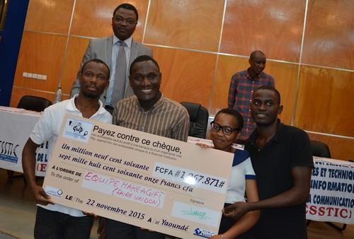 """L'équipe """"Make a gift"""" a remporté le hackathon et le chèque de 3000 € pour développer son projet. (Photo: OIF)"""