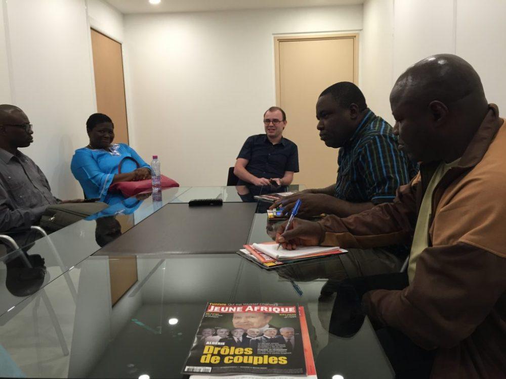 Échange entre la rédaction web de Jeune Afrique et les représentants de la CRTV autour des solutions pour optimiser son site web et ses applications. (Photo : Philippe Couve/Samsa.fr)
