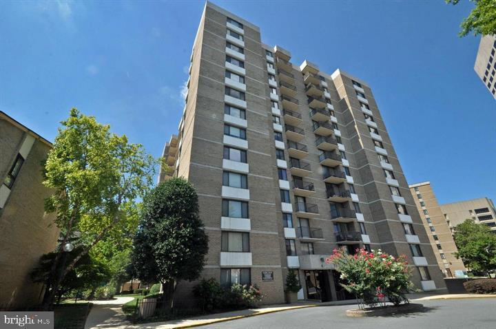 RENT INCLUDES ALL UTILITIES – Excellent condo in the heart of Rockville!