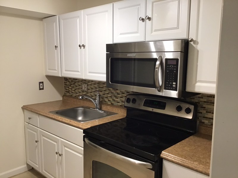 Bethesda/Kensington Beautiful Sunny Private Apartment 2 Bedrooms (or 1 BR, 1 Office) 1 Bath. Close to Walter Reed ( approximately 1.3 miles )and NIH.  $1725 .