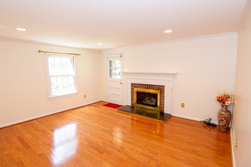 * Short Term Lease Possible.  Bethesda/Kensington Beautiful Sunny Private Apartment 1 Bedroom, 1 office,1 Bath. Close to NIH and Walter Reed.                                            .